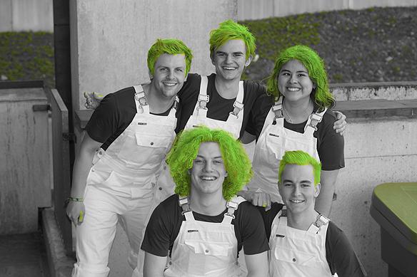 """""""Jag älskar människor som vågar bjuda på sig själv, som dessa trevliga studenter, som med sitt gröna hår ska servera gäster på Chalmers"""", konstaterar Peter Ahlborg. Foto: Peter Ahlborg"""