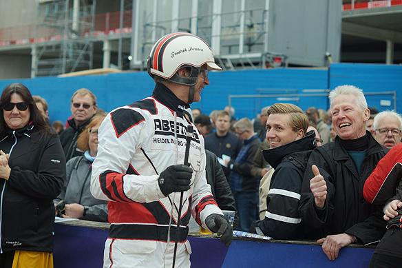Kusken Fredrik Persson går fram till några personer i publiken och tar emot deras gratulationer för segern. Foto: Peter Ahlborg
