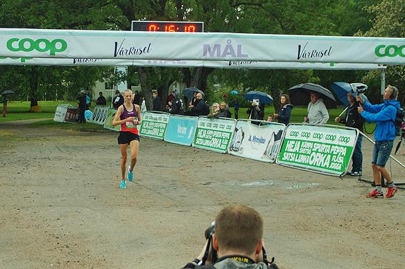 Sara Christiansson utklassar sitt motstånd under vårruset 2018 i Vänersborg. Hon vinner tävlingen för tredje gången på rad och slår nytt personligt rekord med 35 sekunder på tiden 16 minuter och 11 sekunder på 5 kilometer. Hon är över 2 minuter före tvåan i tävlingen. Foto: Peter Ahlborg