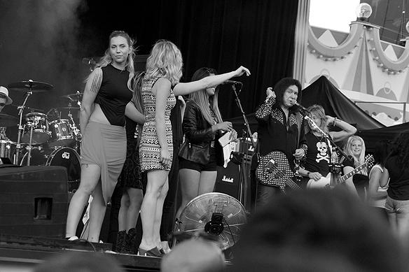 Gene Simmons bjöd upp publiken under tre tillfällen under konserten på Gröna Lund lördagen den 2 juni 2018. Foto: Peter Ahlborg