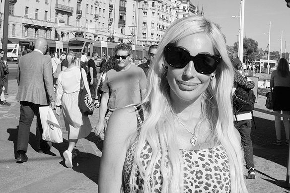 Samtalade med denna vackra kvinna Kristina under min promenad på fashionabla gatan Strandvägen i Stockholm. Hon håller på och startar upp en skönhetssalong och jag lyckönskar henne på alla sätt i livet, säger Peter Ahlborg. Foto: Peter Ahlborg