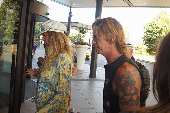En av originalmedlemmarna i Guns N' Roses Duff McKagan dök upp från ingenstans och smet snabbt in på hotellet i centrala Göteborg med kvinnligt sällskap och en säkerhetsvakt som satte stopp för autografskrivning. Foto: Peter Ahlborg