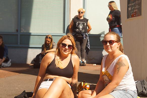 Klockan 17.00 är det insläpp till kvällens konsert med Guns N' Roses. Dessa två tjejer har allt ordnat och har guldcirkel-biljetter, det betyder att de kommer att få stå längst fram på konserten. Foto: Peter Ahlborg