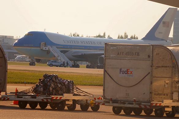 Här står Donald Trumps plan Air One Force på Helsingfors flygplats. Foto Peter Ahlborg