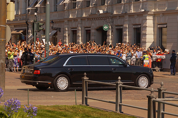 I denna bil färdas Vladimir Putin på väg till toppmötet i Presidentpalatset i Helsingfors. Foto: Peter Ahlborg
