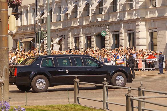 """I denna bil, kallad """"The Beast"""" färdas Donald Trump på väg till toppmötet i Helsingfors den 16 juli 2018. Foto: Peter Ahlborg"""