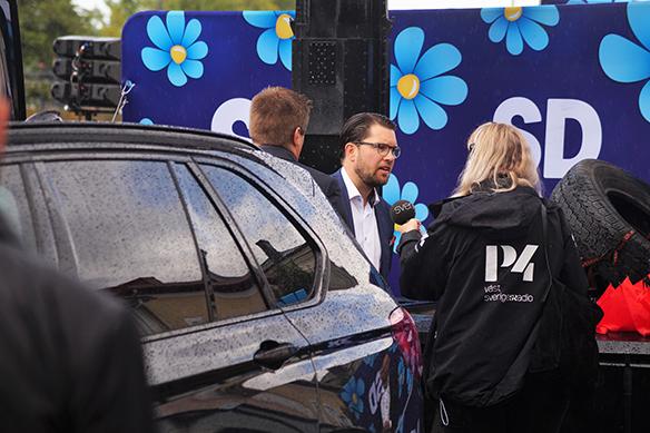 Jimmie Åkesson gör en intervju med Sveriges Radio Väst efter att han hade hållit tal i Vänersborg. Foto: Peter Ahlborg