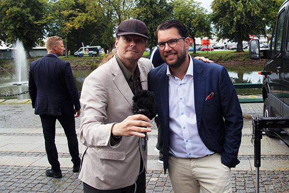 """Peter Ahlborg gör en intervju med Jimmie Åkesson i Vänersborg, där Peter frågar hur man ska minska den organiserade brottsligheten? """"Vi har lanserat ett ganska omfattande program som gäller just organiserad brottslighet och gängbrottslighet. Där kanske den viktigaste saken är att kriminalisera deltagande och medlemskap i just kriminella organisationer"""", säger Jimmie Åkesson. Foto: Privat"""