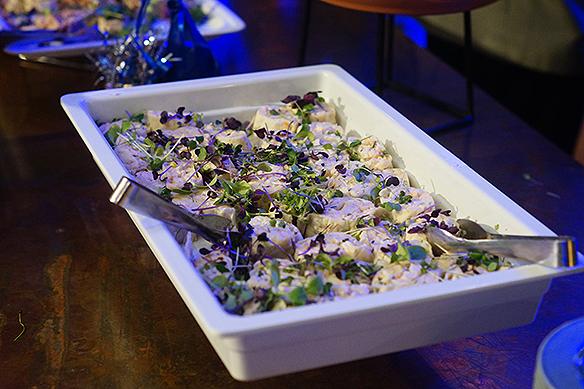 God mat serveras på Moderaternas valvaka 2018 i Stockholm. Foto: Peter Ahlborg