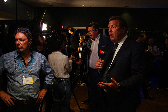 Många journalister och reportrar som bevakar Moderaternas valvaka. Här ett TV-team från Danmark och i bakgrunden Gunnar Strömmer. Foto: Peter Ahlborg