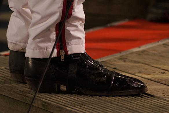 Kusken Johan Untersteiner har välputsade skor, här i vinnarcirkeln på Åbytravet den 7 november 2018. Foto: Peter Ahlborg
