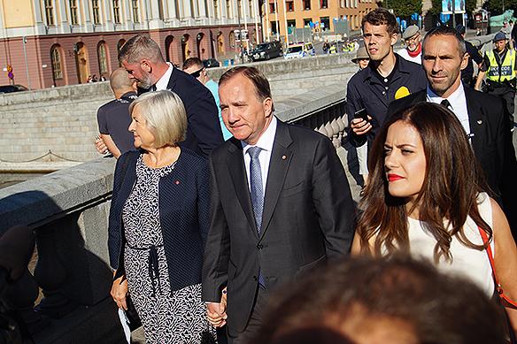 Stefan Löfven och hans fru Ulla Löfven går här hand i hand när de är på väg för att rösta i Riksdagshuset på valdagen den 9 september 2018. Foto: Peter Ahlborg