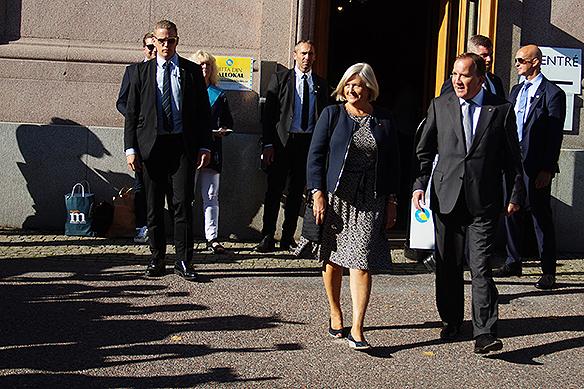 Stefan Löfven tillsammans här med sin fru när de har varit inne och röstat på valdagen den 9 september 2018. Foto: Peter Ahlborg