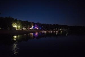 Plagen-ranta juhlavalojen loistaessa