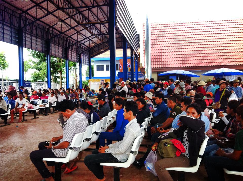 タイの入国審査を待つカンボジア人労働者
