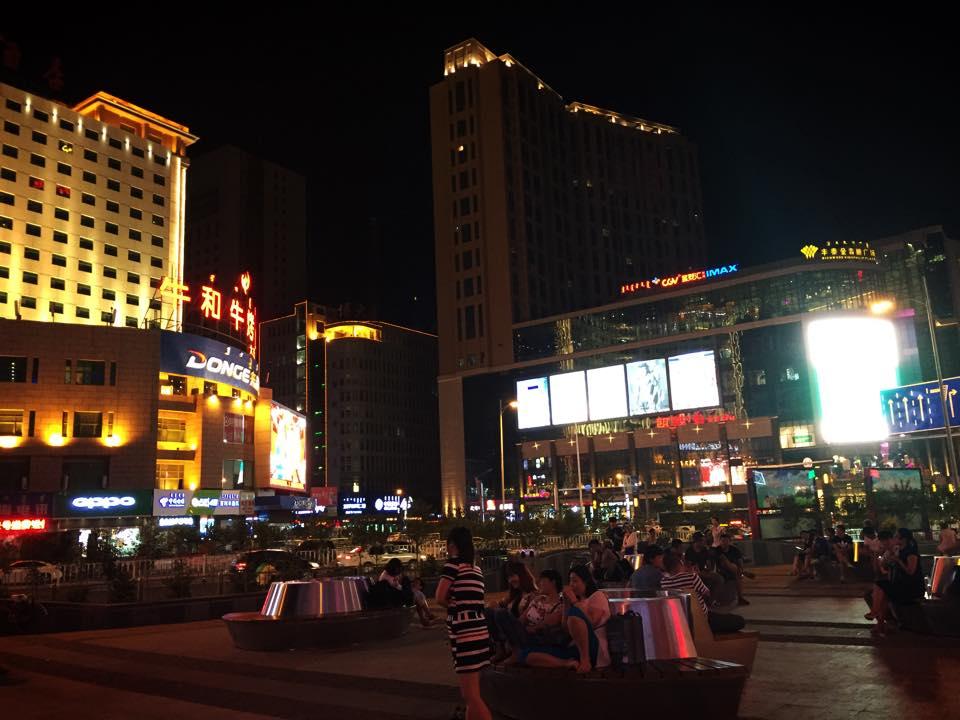 夜のフフホト市街地