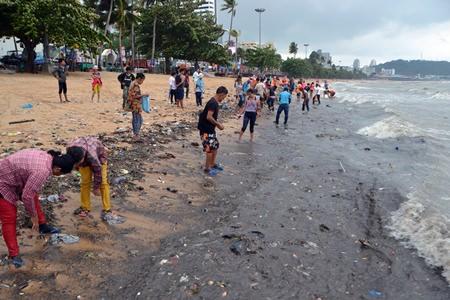 ゴミの溜まったパタヤビーチ
