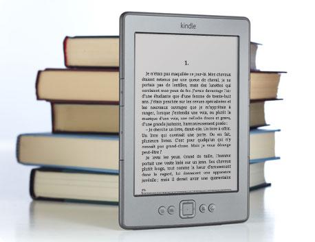 La liseuse Kindle devant une pile de livres