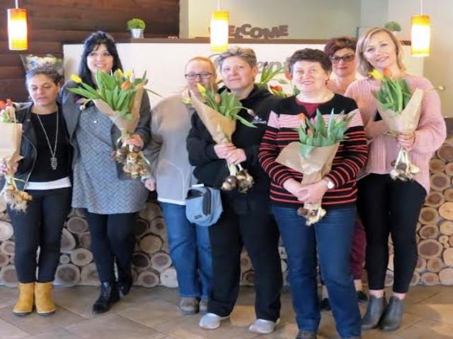 נשות צוות כפר הנופש מרום גולן זכו לזר פרחים על הבוקר ביום האשה שהעניק להם מנהל התיירות שפי מור.