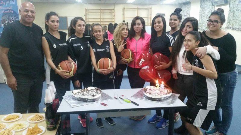 בצילום; בנות הכדורסל חוגגות יום הולדת עם מנהל מחלקת הספורט, יונס אלקוב.
