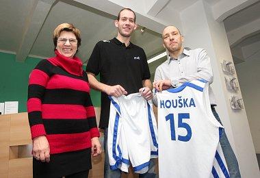 Reprezentační dres Jakuba Houšky, který byl vydražen na plese BK Děčín, byl předán majitelům.
