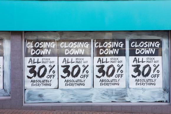零售店面,帶有出門窗口的海報。