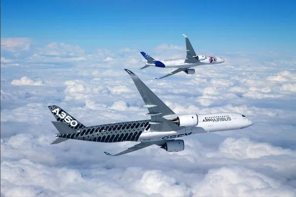 A rendering of the A350-900 and A350-1000 models in flight