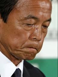 O primeiro-ministro do Japão Taro Aso lamenta a derrota do seu aprtido nas eleições parlamentares no país. (Foto: Reuters)
