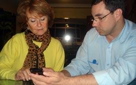 Consultor Flávio ensinando sua cliente a utilizar o Iphone