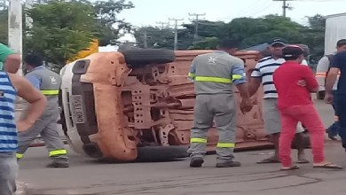 Foto de Duas pessoas ficam feridas em tombamento de veículo