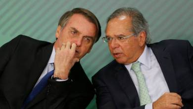 Foto de Bolsonaro está comendo o pão que o capeta amassou