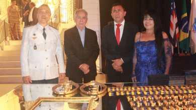 Foto de Fátima Araújo entrega medalha Simão Estácio da Silveira a 3 personalidades da cidade