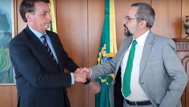 Foto de Só após Weintraub chegar aos EUA, Bolsonaro publica exoneração dele