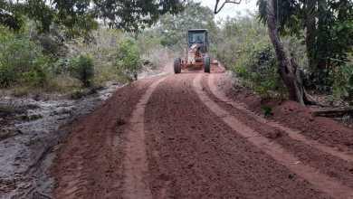 Foto de Bequimão-MA: Prefeitura melhora estrada que dá acesso ao cemitério de Santa Rita