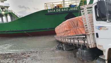 Foto de Caminhão com excesso de peso atola na saída do Ferry Boat no Porto de Cujupe