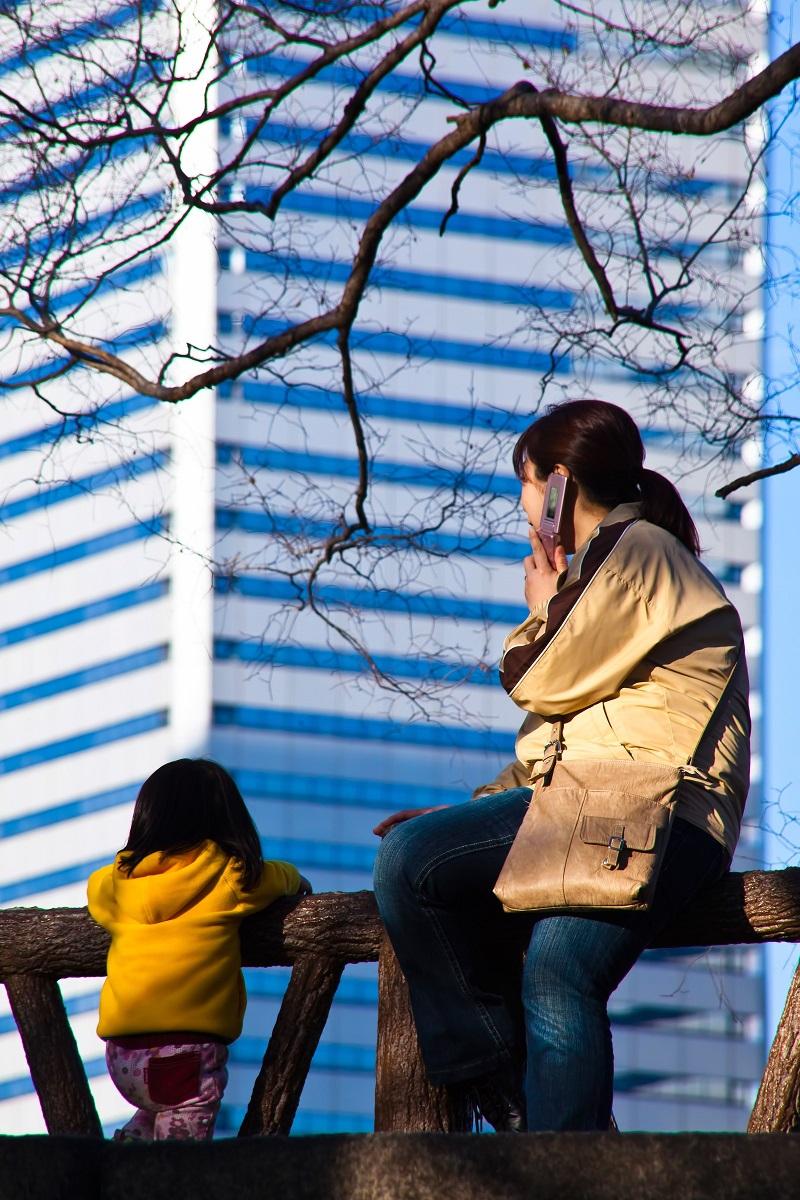 街を眺める親子