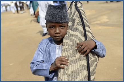 Wiil yar oo wata sajaayada uu ku tukanayo, Jos, Nigeria