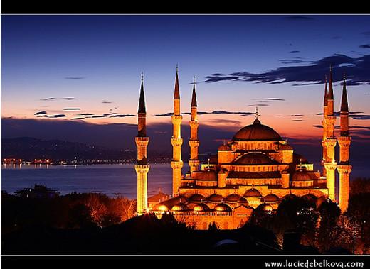 Masjidka-Buluuga-ah-Sultan-Ahmet-Camili-Istanbul.