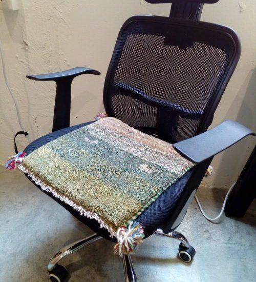 椅子にギャッベ