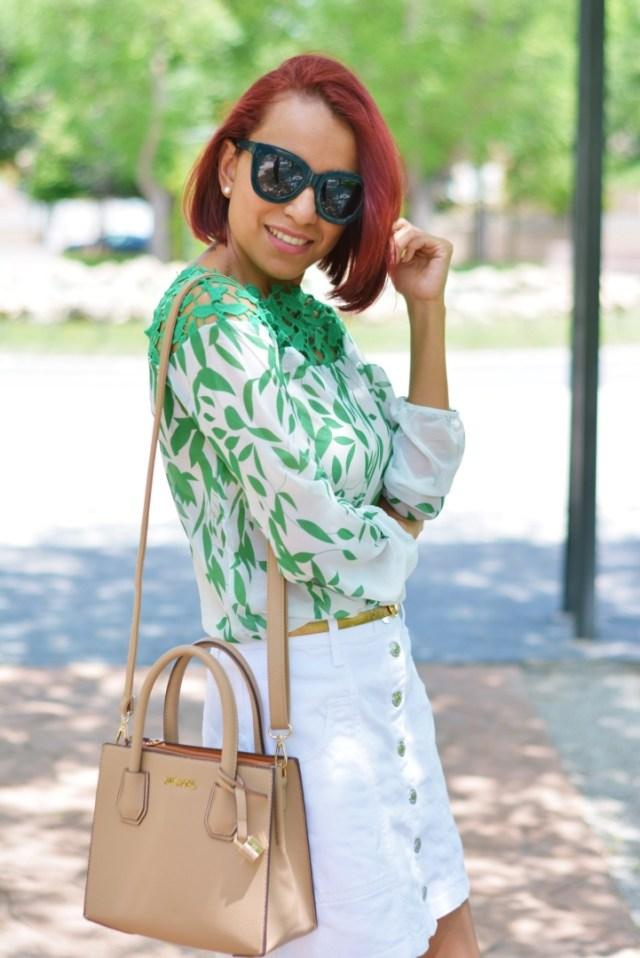 Look con gafas verdes