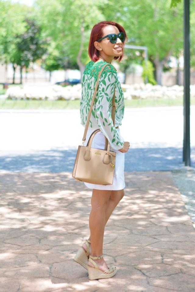 Outfit con blusa de encaje