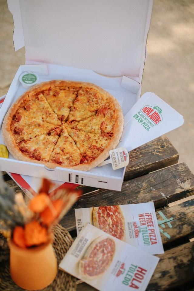 Mesa de picnic con pizza