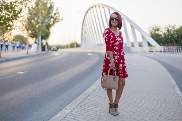 Outfit con vestido flores rojo