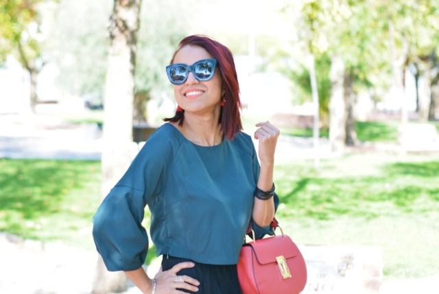 Look formal con accesorios en rojo