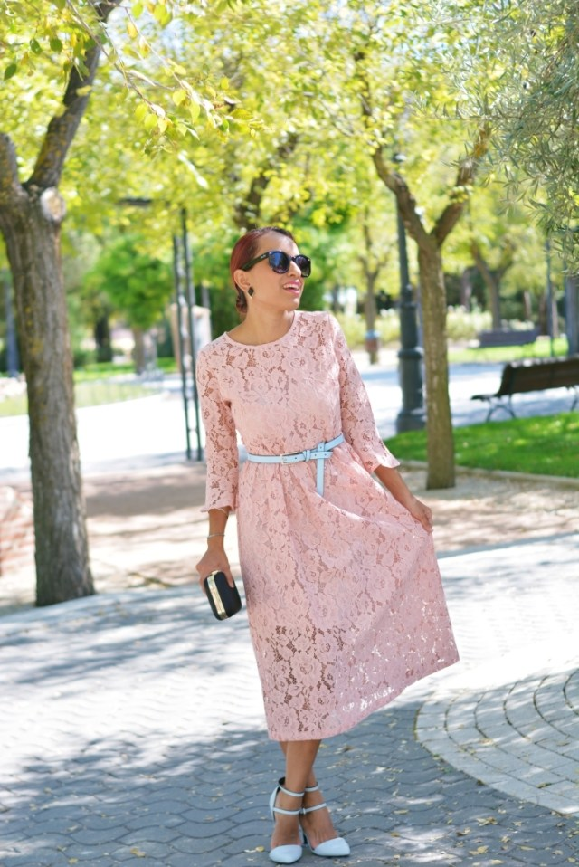 Look formal con vestido rosa palo