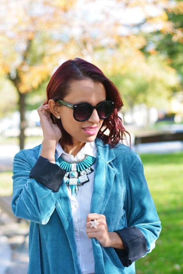 Look con accesorios en plata y turquesa