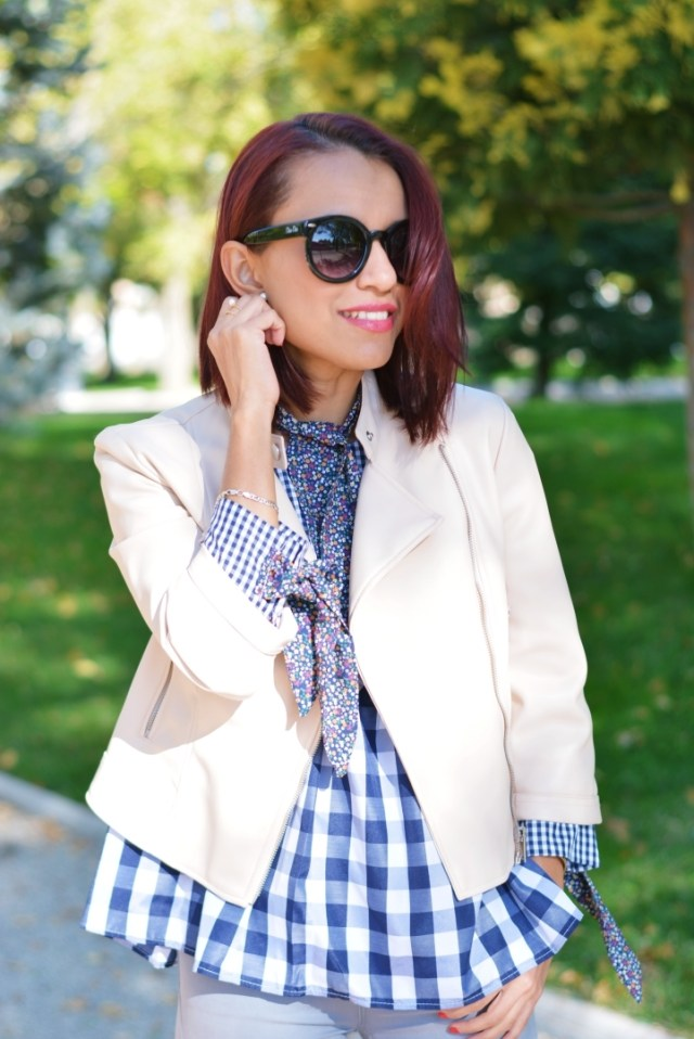 Look con chaqueta beigs y blusa cuadros vichy