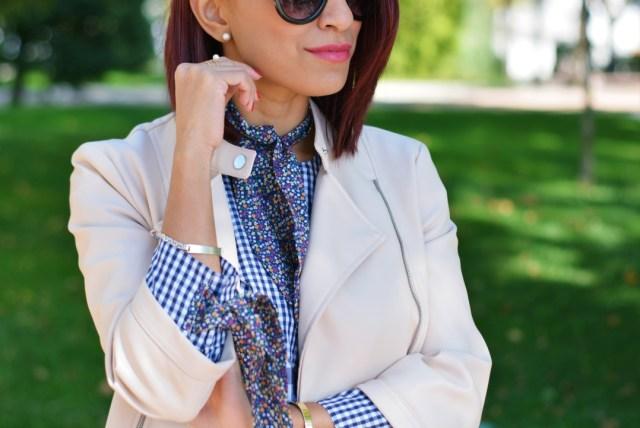 Outfit con pañuelo atado al cuello