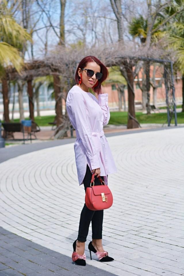 Look casual con camisa rosa