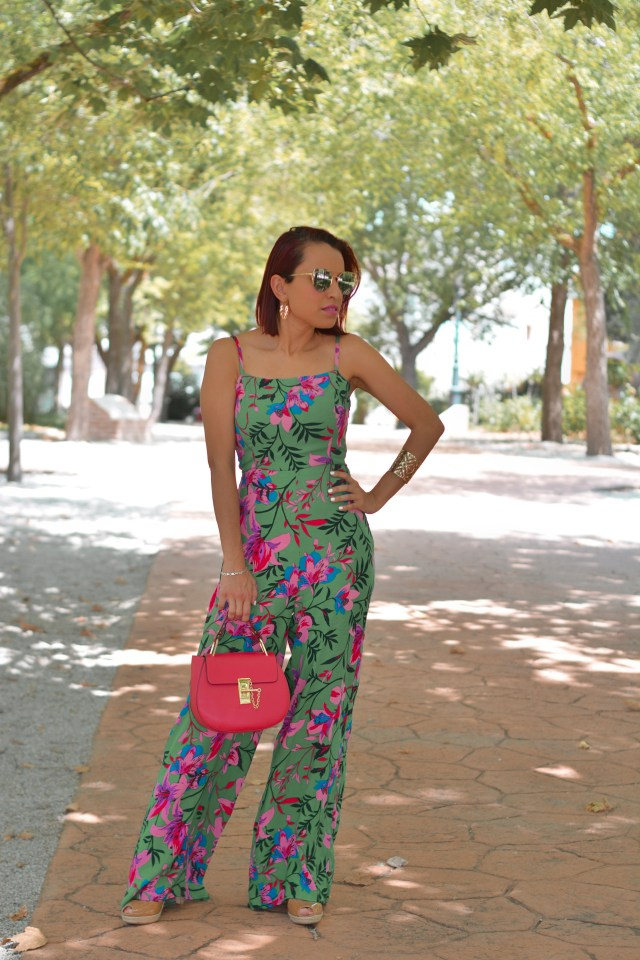 Look con jumpsuit estampado